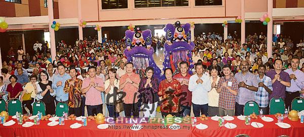 周美芬(前排左7起)及林錦勝等馬華領袖,與逾千名來賓大合照。