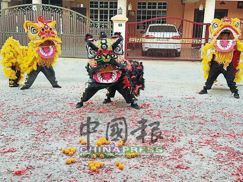 華裔家庭都愛在新年期間邀請龍獅團登門賀歲,以將好意頭帶入家中。