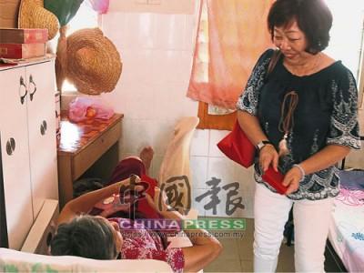 一些善心人士會在農曆新年期間拜訪老人院的長者,並分派紅包給他們。