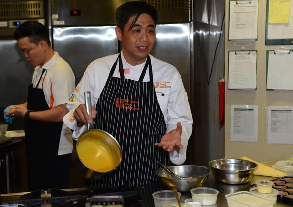 黃健強現場示範,如何使用家樂牌產品,快速變化出所需的醬料。