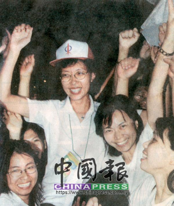 郭素沁(中)在得悉中選後,即被支持者們抬起以示慶祝。