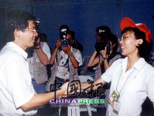 輸也要輸的有風度!蔡崇繼(左)在得悉自己落敗後,仍不忘與勝選的郭素沁握手,祝賀後者獲得人民的委託。