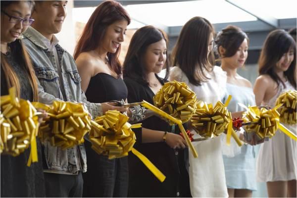 第3代西藏人緣王新品發佈會上,黃詩薈(右5)與眾經銷商聯合剪綵。