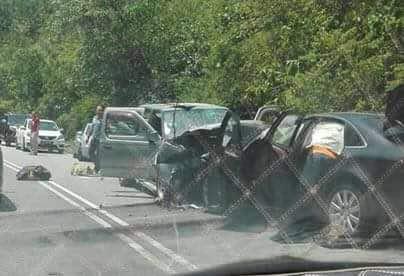 涉禍的轎車車頭嚴重毀壞。