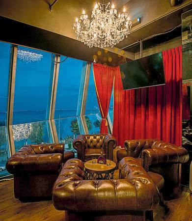 為了讓客人有更多隱私,The Whiski有2間包廂及1間大包廂,客人可以依自己的需要使用廂房。