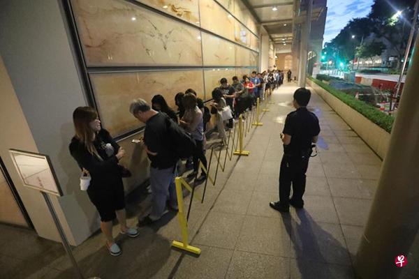 今早城市豐收案終審判決, 超過60名公眾和教友大清早到高庭外等候,有人甚至在凌晨3時許就開始排隊,最終只有55人能入場。/聯早網