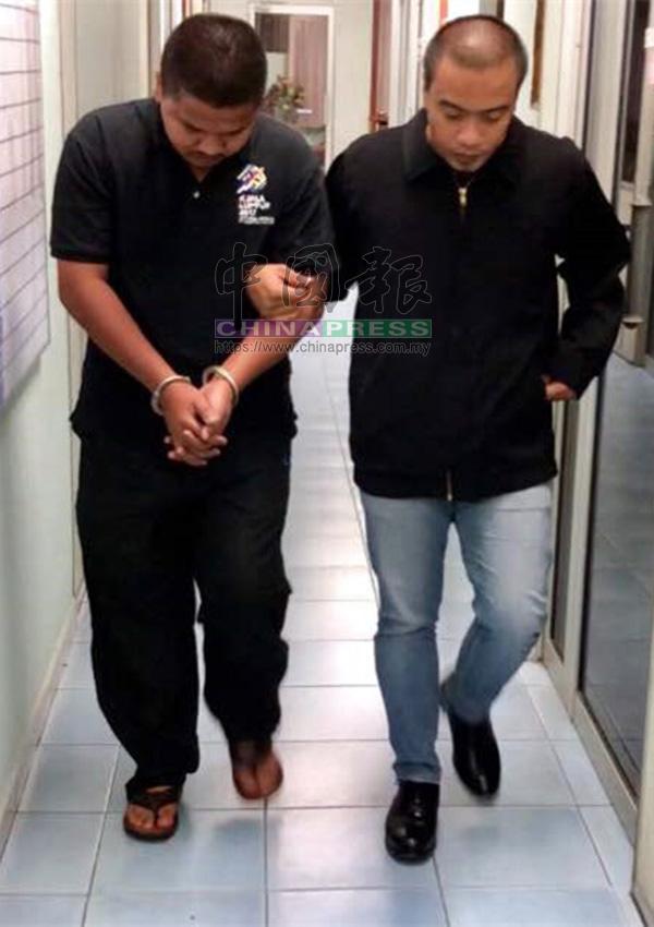 涉嫌收取賄款的警員(左)被反貪污委員會扣留助查。