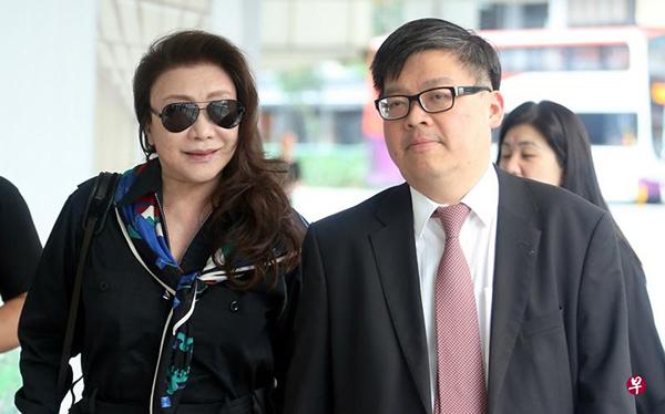 徐嘉儀在律師鄒天齊的陪同下出庭。(《海峽時報》)