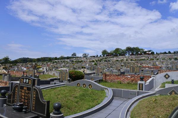 富貴山莊注重墓園的乾淨,清明節期間,也會向掃墓者進行宣導工作,一起維護墓園的乾淨。