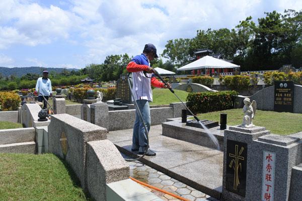 這裡有專人定期清理墓園及修剪園藝,整個墓園看起來明亮整潔,同時也減輕了后人清理墓園的負擔。