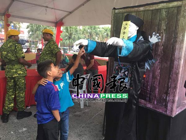 """兩名巫裔小孩對清朝殭屍毫不害怕,告訴記者這是""""hantu cina""""。"""