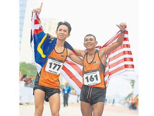 陳洪龍(左)在東京馬拉松賽跑出的佳績終獲承認為新全國紀錄,和穆海利雙雙獲選為2019年東運計劃隊。