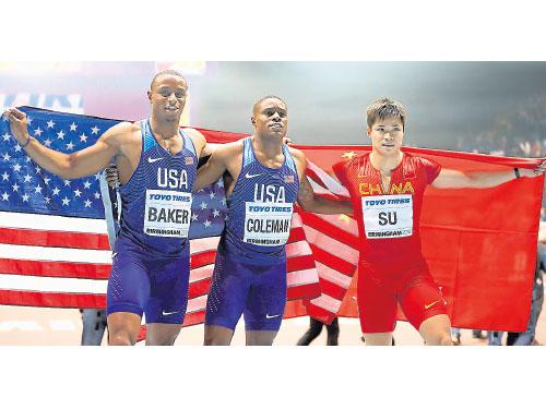 美國世界紀錄保持者科爾曼(中)稱霸男子60公尺賽,中國的蘇炳添破亞洲紀錄奪銀牌(右),另一美國選手貝克(左)奪得銅牌。(美聯社)