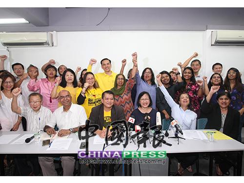 瑪麗亞陳(前排右3)正式辭去淨選盟2.0主席一職,為上陣大選做準備。前排右起為安碧嘉、瑪麗娜、沙魯阿曼、拉馬拉馬納丹及杜乾煥。