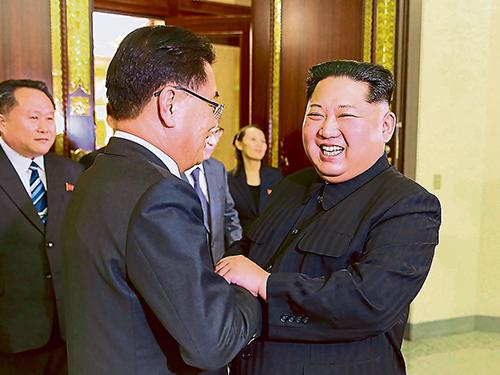 韓國特使團首席特使鄭義溶(左)與金正恩見面,金正恩心情不錯,笑逐顏開。(法新社)