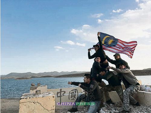 吳浩逢(后右)與馬來西亞工作人員,在摩洛哥的瓦而扎扎特湖(The Ouarzazate Lake)前合影。