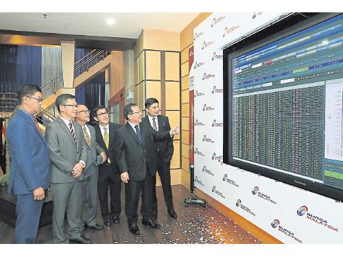 趙汝榮(右2)在公司董事的陪同下見證公司上市馬股的表現,左起為何致汶、廖泗江、阿南再努、謝玉良和陳俊飄。