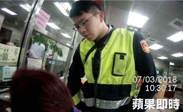 警勸婦人不要匯款。(圖/蘋果日報)