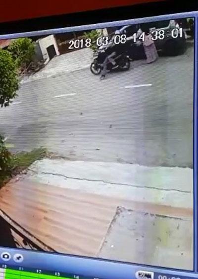 2名摩哆匪靠近婦女身後並搶走她的手提袋。