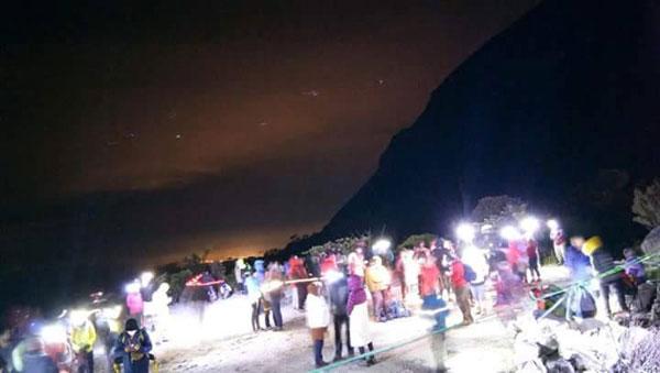 地震發生后,有登山客在神山山腳及半山處滯留。