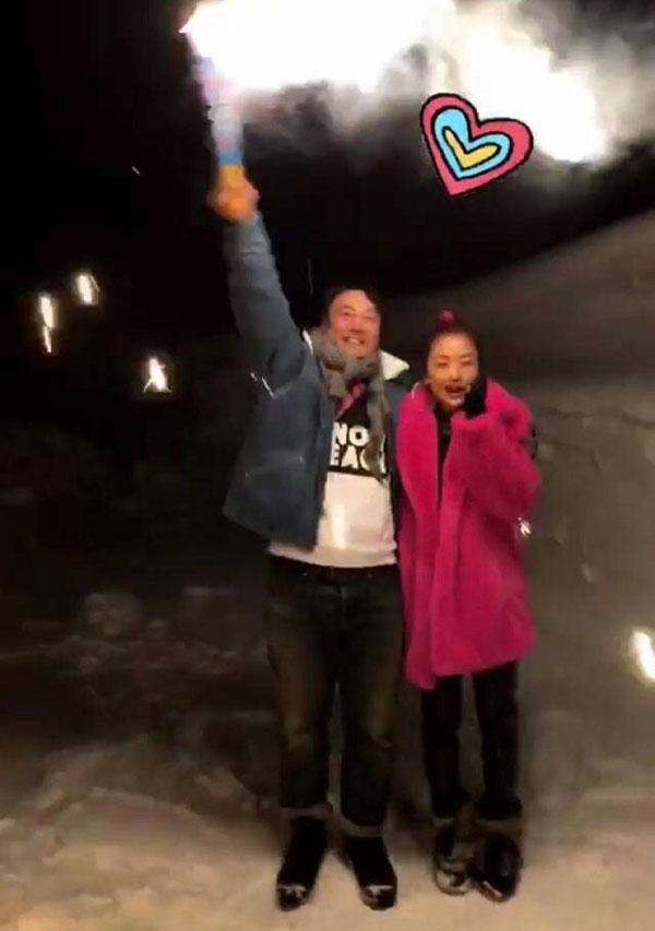 陳奕迅在雪地為老婆徐濠縈放煙花慶生。