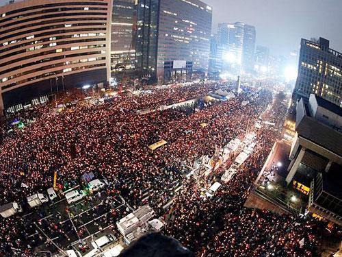 韓國民眾在2016年走上首爾市的街頭舉行燭光集會,要求涉貪的朴槿惠辭職下台。