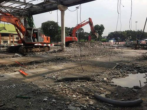 許多神手在現場進行拆除工作。