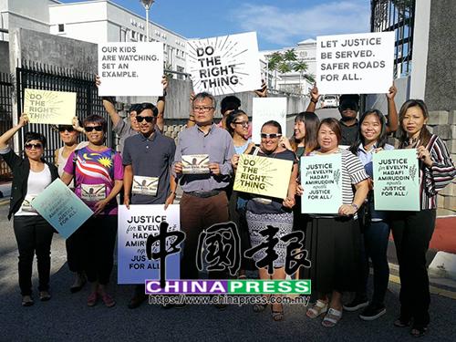 盧永明(左4)及約15名親友,在巴生法庭外請願,希望法庭能還妻子一個公道。