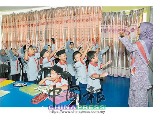 愛花伊斯蘭小學所有學生都必須學習中文,蘇哈娜以生動有趣的方式引導學生。