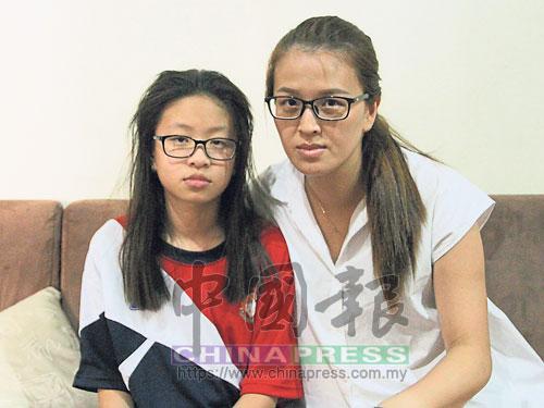 陳麗霞(右)期盼各界熱心人士協助,讓女兒魏紫恩能盡速完成脊椎矯正手術,還她正常的童年生活。