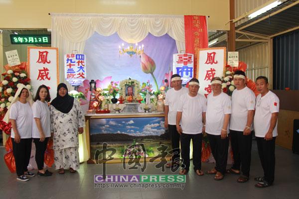 瑪西達(左3起)與兄弟姐妹辜亞明、亞喜、亞發、亞德、誼兄弟符綜州、美鳳(左起)、美娜感情要好。
