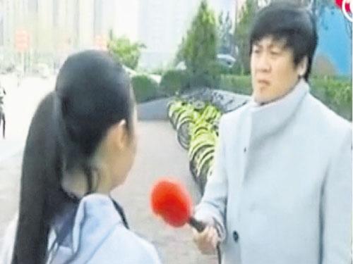 小王向當地記者講述自己被敲竹槓的經歷。(互聯網)