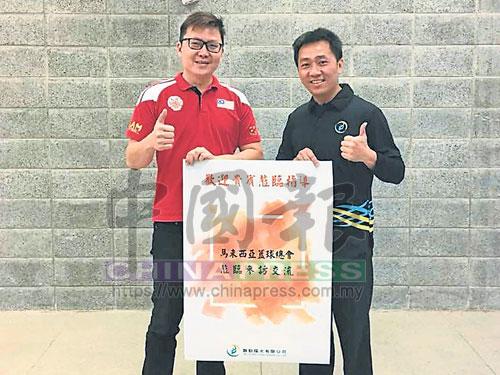 台灣舞動陽光總經理杜正忠(右)熱烈歡迎大馬籃總訪台考察團的到訪。左為沈亮均。