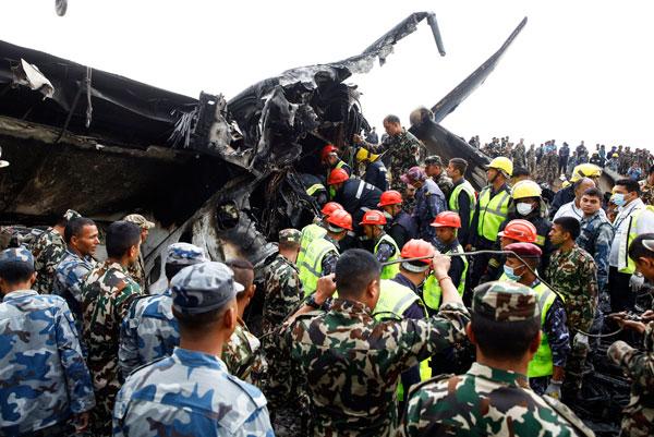 客機墜毀后, 搜救人員抵達墜機現場展開搜救工作。(歐新社)