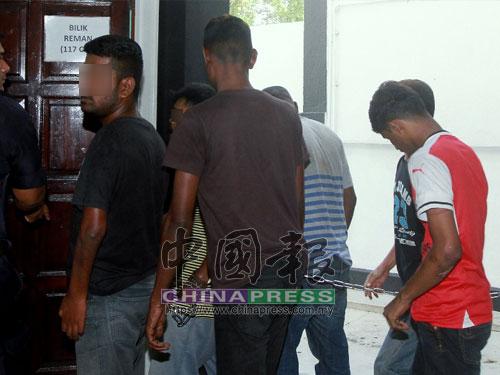 4名嫌犯被送上法庭時神情淡定。