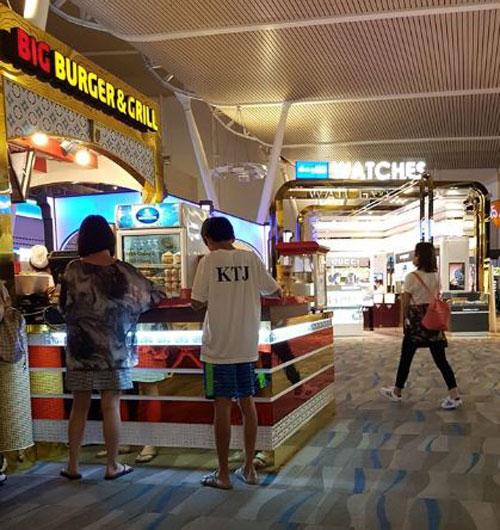 阿迪攝下尚恩鄭(中)在普吉島機場為他購食物飲料的善行。