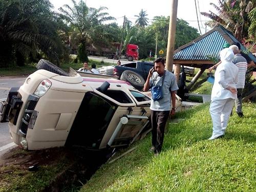 車禍發生後,貨卡及救護車都翻覆在溝渠上。