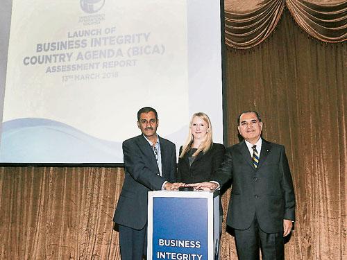 阿峇沙達(右起)、蘇珊麥爾凱希和莫哈末莫漢推介國家企業廉正調查報告。