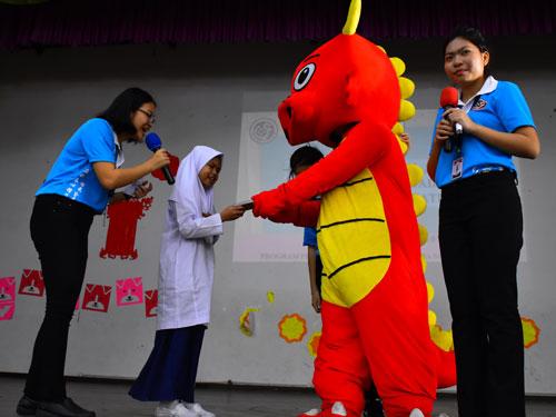 """博大新春吉祥物""""緣緣""""派送紀念品給同學。"""