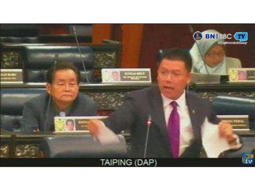 倪可敏在議會廳內,撕掉報導內容。(截圖自BNBBC網路直播)