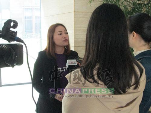"""MOL Pay金流服務公司經理蔡欣儀(左)在杭州市舉行的""""一帶一路跨境電商峰會""""上,接受中國電視台訪問。"""