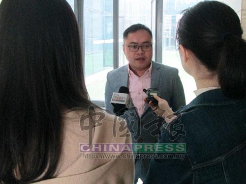 HERMO美妝產品網購平台市場經理孔俊傑(中)接受中國媒體訪問。