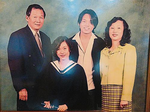 父母從小灌輸葉欣向(左二)與弟弟葉志超(左三),長大后要繼承家業,秉持以誠待人的精神為客戶服務。