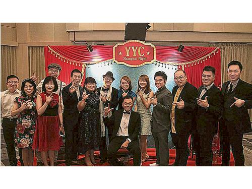 葉欣向(右6)與葉志超(坐者)矢志帶領YYC的主軸團隊Winning 11,把企業拓展成行業第一!