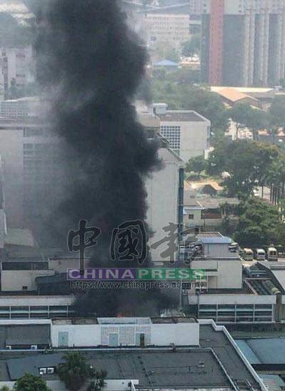 滾滾濃煙衝天而上,火患情況相當駭人。