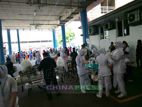 醫護人員帶著躺在病床上的病人和攜帶貴重醫療儀器,紛紛逃到樓下,以策安全。