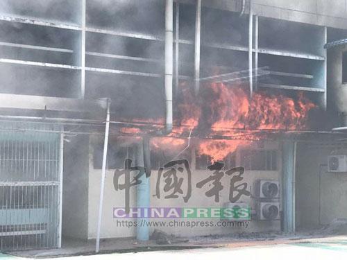 火苗一發不可收拾,狂燒中央醫院建築物。