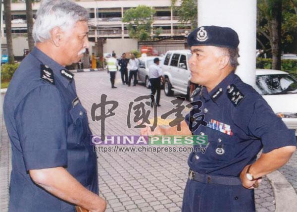時任吉隆坡副總警長拿督峇哈林(左)重返案發公寓,了解諾麗達命案的調查工作。