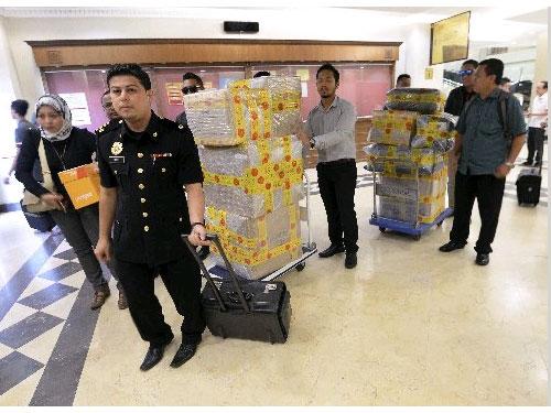 反貪會官員將大批價格不菲的證物帶上法庭。(馬新社)