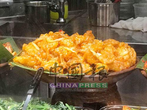 檔口員工告訴直擊員,一份煎魚加一樣素菜和白飯,賣7.80新幣。(圖:《中國報》新加坡直擊員攝)